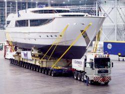 Для транспортировки грузов с высоким центром тяжести на платформе устанавливаются специальные дополнительные конструкции, разрабатываются инженерные схемы креплений.