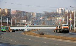 При выезде с второстепенной дороги на автомагистраль низкорамный трал с длинномером полностью перекрывает все полосы движения.