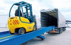 По передвижной или стационарной эстакаде погрузчик въезжает прямо в кузов грузовика