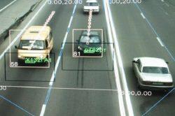 На фото видны номера нарушителя, зафиксирована реальная скорость автомобиля и попутных машин.