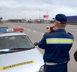 Инспектор дорожной полиции с ручным радаром может наблюдать за превышением скорости, но никак его не фиксирует.