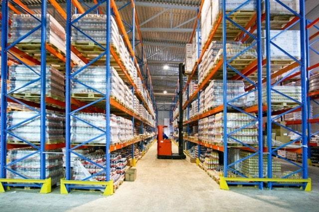 На автоматизированных терминалах применяется современное складское оборудование для подачи грузов к автотранспорту грузоперевозчика.