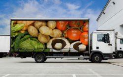 Грузовик с рефрижераторной установкой для перевозки скоропортящихся товаров.