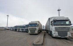 Транзитные грузовики на границе.