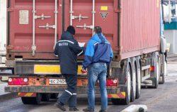 Проверка грузовика таможней.