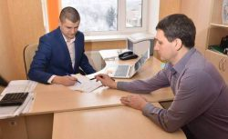 Переговоры таможенного брокера с сотрудником таможни