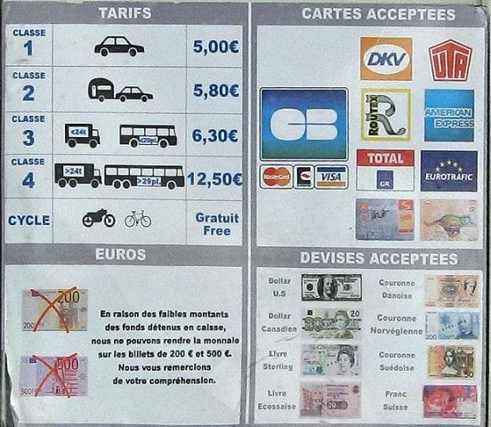 Французская таблица расценок, платежных средств для оплаты проезда через мост «Нормандия».