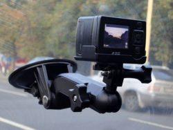 Поворотный кронштейн дает возможность вести запись переговоров с дорожной полицией.
