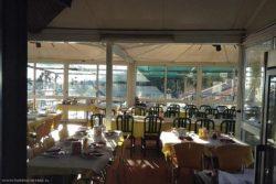 Обеденный зал испанского придорожного ресторана.