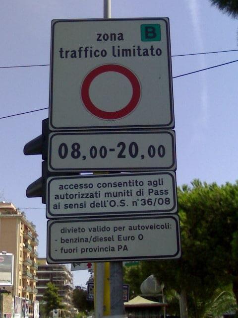 Знак запрещенной для проезда зоны.