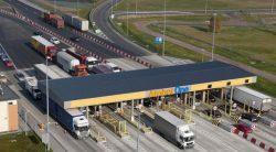 Обычный пункт оплаты проезда на платных автомагистралях Польши.
