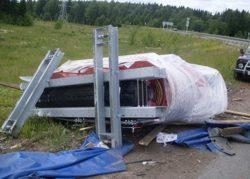 Трансформатор, выпавший из магистральной фуры.