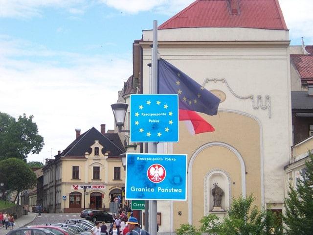 Иногда граница между странами проходит по городским улицам.