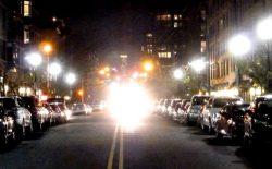 Слепящий свет опасен и на городских улицах.