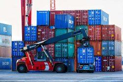 Для перемещения используются специальные механизмы и транспорт.