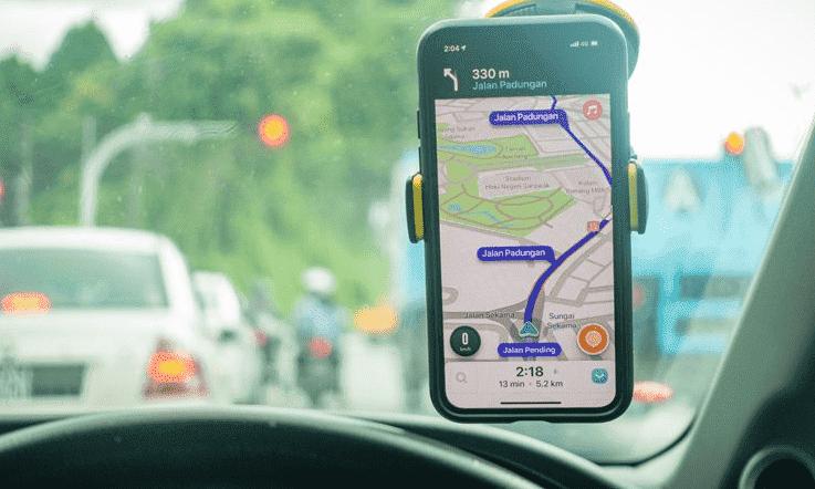 Мобильное приложение Waze для навигации и ремонта дорог.