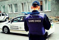 Патрульная полиция выписывает штрафы водителям.
